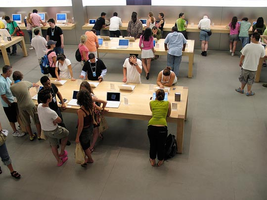 101510_tf_applestorepeople